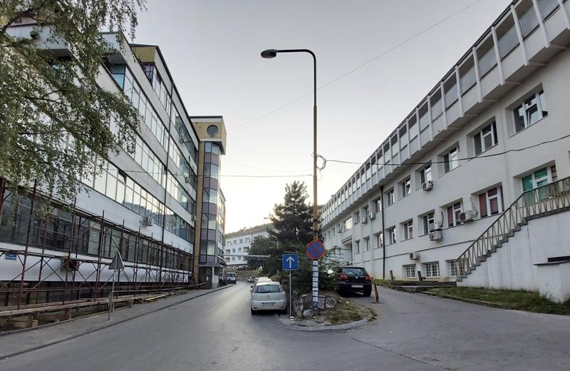 Улица између Болнице и Дома здравља једносмјерна