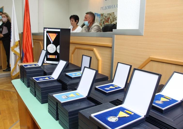 Уручена постхумна одликовања породицама погинулих бораца ВРС
