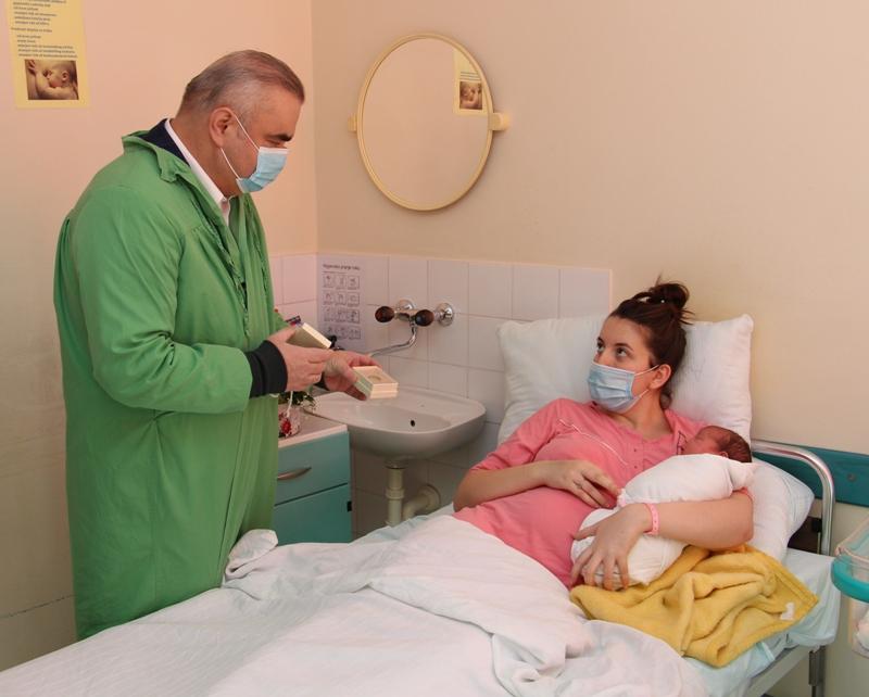Градоначелник даривао прворођену зворничку бебу